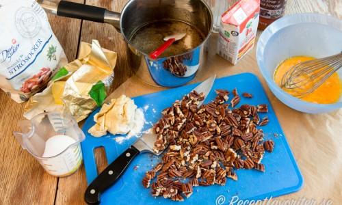 Ingredienser till pekanpaj - pekannötter, sirap, farinsocker, ägg, smör och vaniljsocker bland annat.