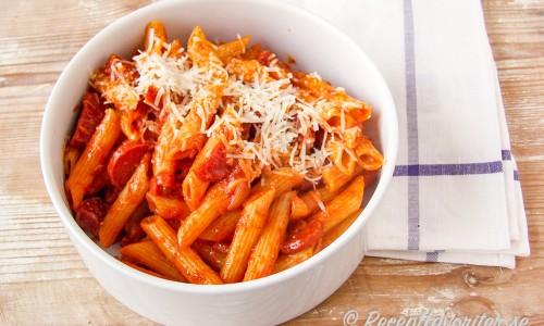 Penne Diablo - en het pasta för dig som gillar stark korv som chorizo - ös gärna på med mer chiliflakes eller valfri chili efter tycke.