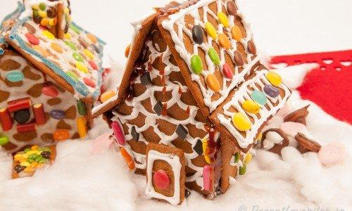 Garnera pepparkakshusen som du vill - jag gillar att pynta med godis som man kan äta upp huset sedan innan det blir för gammalt.
