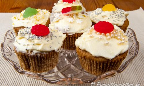 Pepparkaksmuffins med frosting, strössel och garnerade med lite godis.