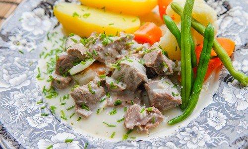 Pepparrotskött på tallrik med tillbehör