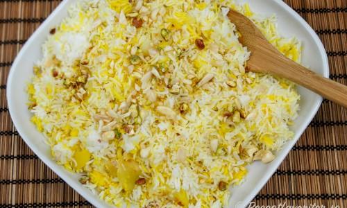 Persiskt ris smaksatt med saffran samt garnerat med mandel och pistasch.