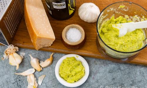 Ingredienser till peston på skärbräda