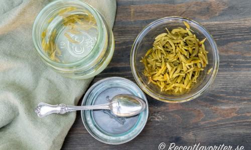 Granskotten läggs in i en ättikslag och blir en slags pickles.