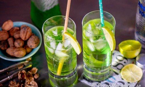 Piggelin drinkar i höga glas med sugrör och limeklyfta