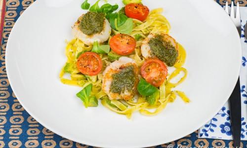 Pilgrimsmusslor med pesto och pasta tagliatelle