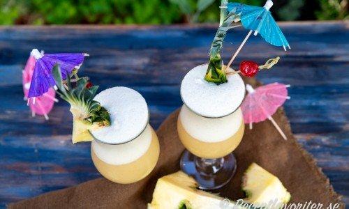 Piña Colada är en en mixad och skummig drink med is, ananas, kokos och rom.