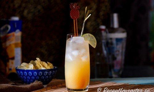 En Pineapple Sparkler - en bubblig alkoholfri drink med ananasjuice, lime och sodavatten.