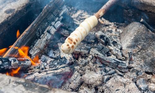 Grilla degen lindad runt en grillpinne så får du ihåliga pinnbröd.