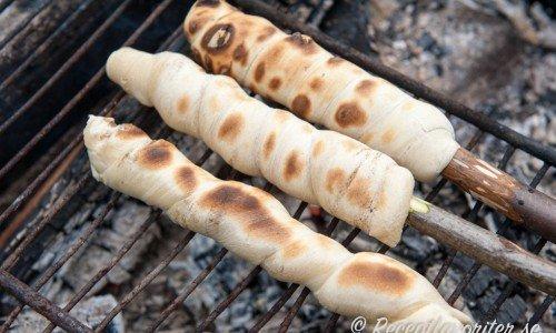 Recept på friluftsmat som pinnbröd ovan