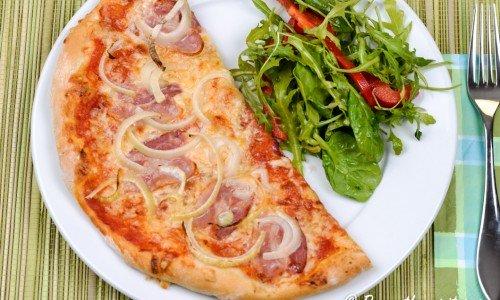 Bacon och lökpizza är gott med en blandad grönsallad till.