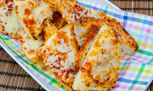 Pizzamackor av baguette på fat