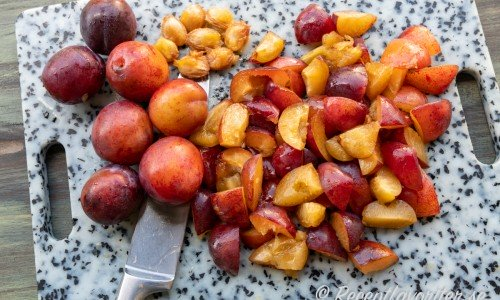 Plommonen delas och kärnas ur samt skärs i bitar.