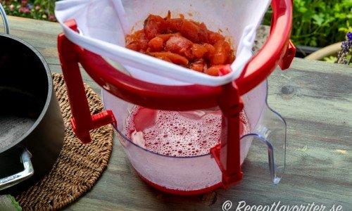 Saften från plommonen får stå i en saftställning saftmaja och rinna av.
