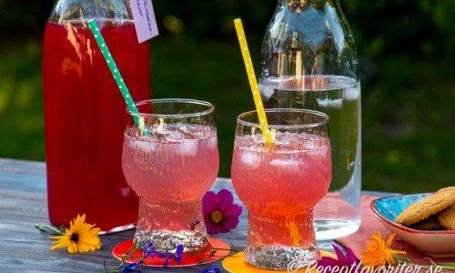 Hemgjord plommonsaft i flaska och blandad i glas med is.