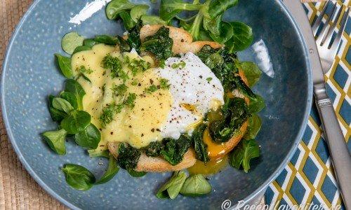 Pocherat ägg på rostbröd, fräst bladspenat och några blad machesallad toppat med Hollandaisesås, flingsalt och nymalen svartpeppar.