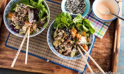 Pokebowl med lax och annat gott i serverad med het Srirachamajonnäs och sesamfrön.