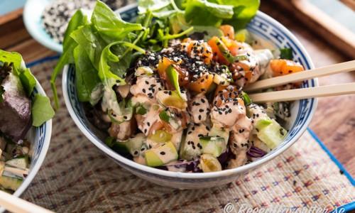 En slags sallad från Hawaii på svenskt vis med rå marinerad lax, avokado och Wasabi-majo med mera.