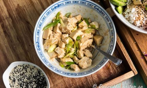 Sesamolja, ljus japansk soja och salladslök ger god smak åt tofun. Överbliven tofu kan du spara och marinera i kylen till annat.