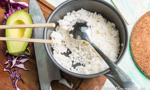 Kokt sushiris som svalnat är gott i Pokebowl men man kan byta mot ex. quinoa, svart ris, råris eller bulgur.