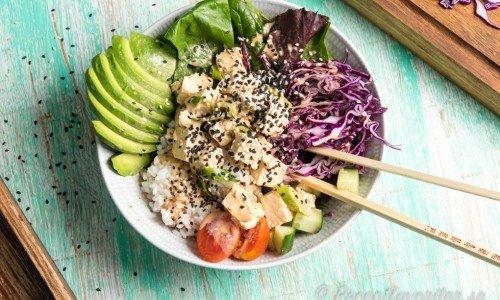 Pokebowl med marinerad tofu, avokado, rödkål, Wasabidressing och annat gott.