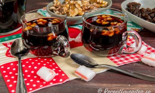 Serveras som vanlig glögg med mandel och russin eller som på bilden med valnötter.