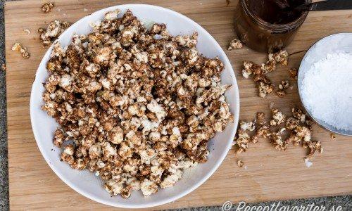 Popcorn med choklad. Blanda popcornen med smält choklad av valfri sort