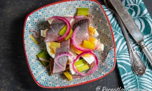 Portvinssillen serverad på grovt bröd med smör, majonnäs samt kokt ägg som sillsmörgås.