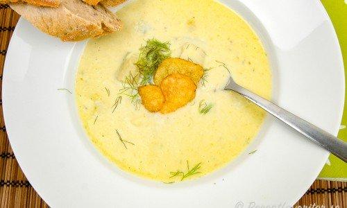 Potatis och fänkålssoppa i tallrik med lantchips, fänkålsblad och surdegsbaguette.