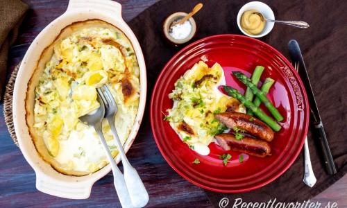Vitkåls- och potatisgratängen serverad med förslag som tillbehör till stekta isterband och kokt grön sparris.