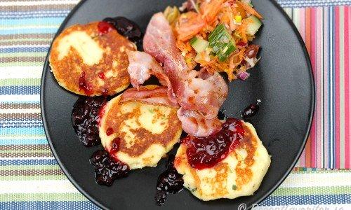 Potatisplättar serverade på tallrik med tillbehör