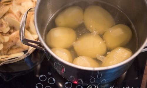 Välj en stora fasta ekologiska potatisar. Skala dem och låt sedan svalna innan du tärnar dem och blandar med gräddfil och majonnäs.
