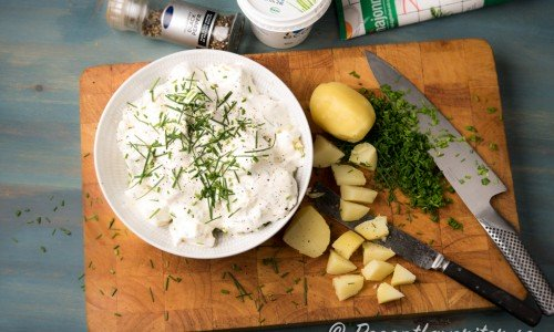 Klassiska ingredienser i en potatissallad är förutom potatis - gräddfil, lite majonnäs, hackad gräslök, salt och peppar.