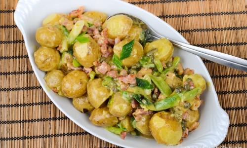 Potatissallad med fransk senap, sidfläsk, kapris och salladslök