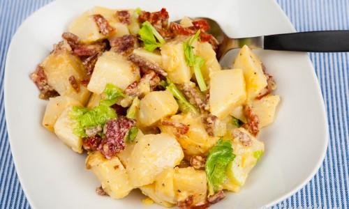 Potatissallad med salami och soltorkade tomater