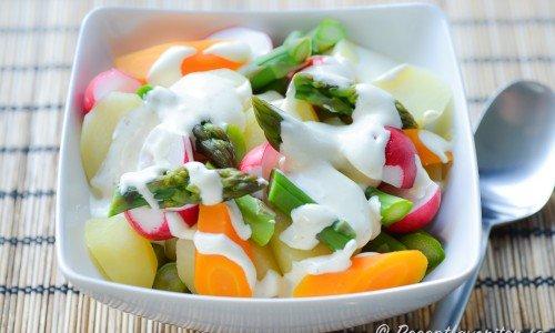 Potatissallad med rädisor, morötter och sparris.