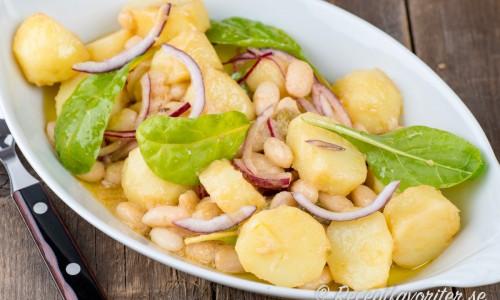 Potatissallad med vita bönor på fat