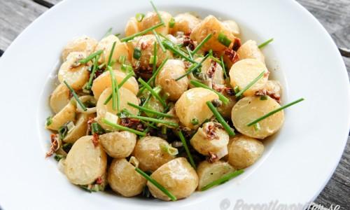 Potatissallad med soltorkad tomat, kapris och knipplök