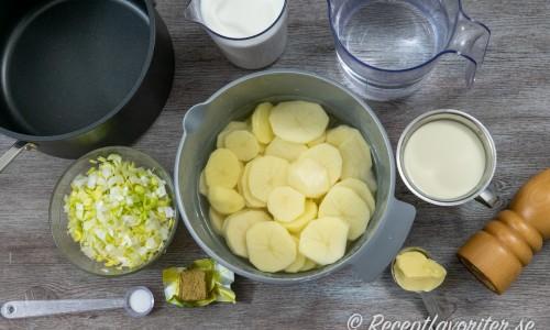 Ingredienser till potatissoppan: purjolök, potatis, grönsaksbuljong, mjölk, salt, grädde, smör och vitpeppar.