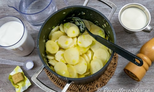 Potatis och purjolök fräses först i smör.