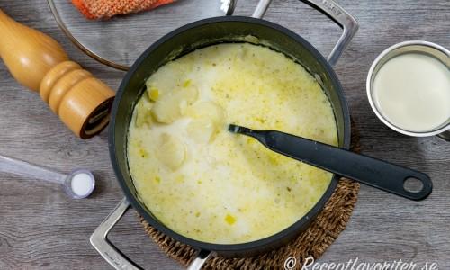 Den skivade potatisen kokas mjuk i vatten, buljong och mjölk.