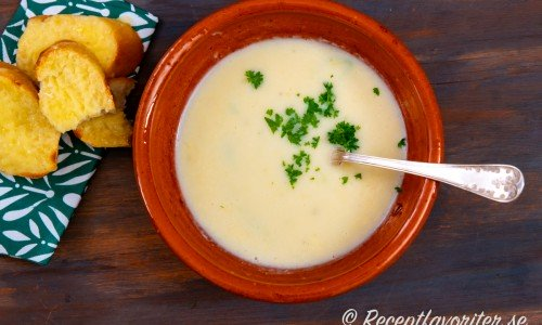 Varm potatissoppa i tallrik