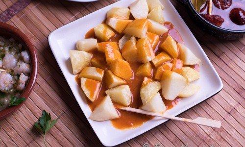 Potatistapas med het sås med rökt paprika. På spanska Patatas bravas.