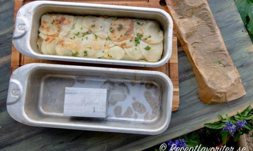 Potatisen i formen med extra form med tyngd att sätta till press