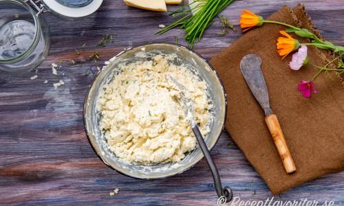Krukosten mosas ihop i en skål