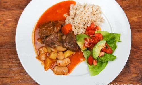 Servera lammgrytan förslagsvis med råris och en sallad med babyspenat, tomat och avokado.