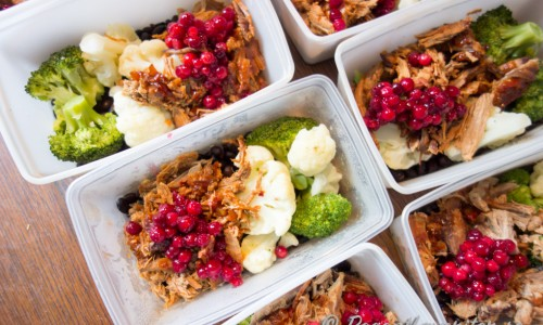 Lunchboxar med pulled pork, kokta svarta bönor, kokt blomkål och broccoli, lingon, kokt potatis och sås av skyn.