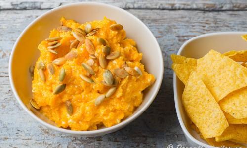 Pumpadipp i skål med nachos