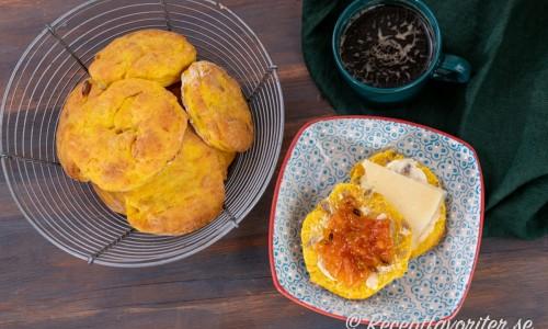 Nygräddade varma pumpascones serverade med smör, ost och marmelad samt en kopp kaffe till fikat