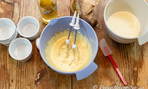 Smeten till parfaiten vispas enkelt av äggulor, socker, punsch som vänds med vispad grädde.